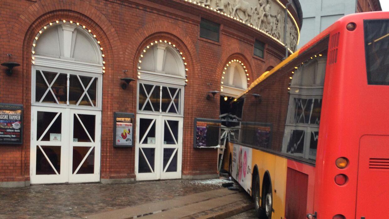En Movia-bus er onsdag eftermiddag kørt direkte ind i Cirkusbygningen i København.