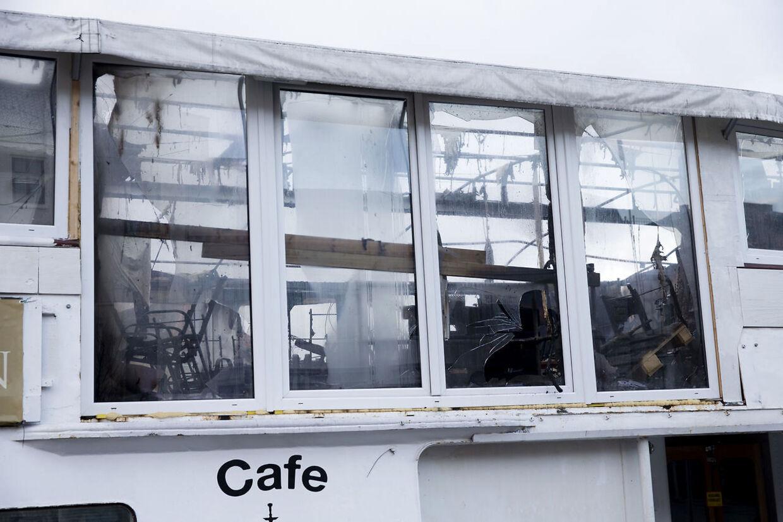 Båden Cafe Sundance ved Havnegade har været i brand i nat 11. februar 2016.