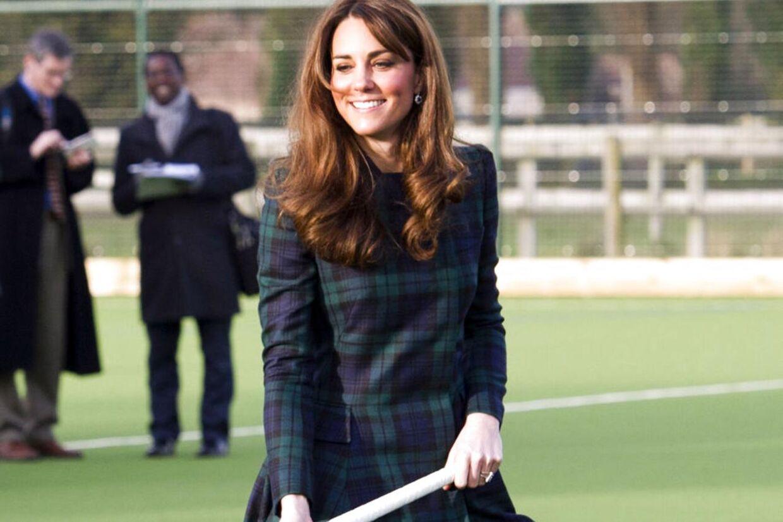 Fredag besøgte prinsessen officielt sin gamle skole forskole St. Andrews i Skotland. Her ses Kate spille hockey i skotskternet kjole.