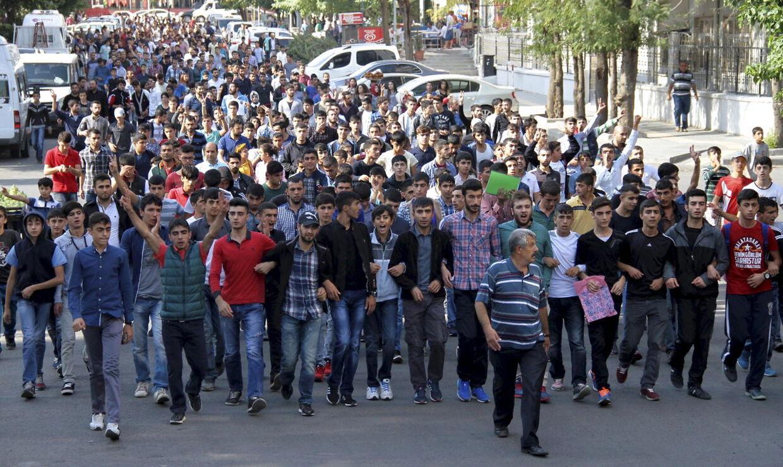 Kurdiske mænd gik lørdag på gaderne i byen Diyarbakir i det kurdisk dominerede sydøstlige Tyrkiet i protest mob bomberne i Ankara. Demonstranterne blev mødt med både vandkanoner og tåregas.