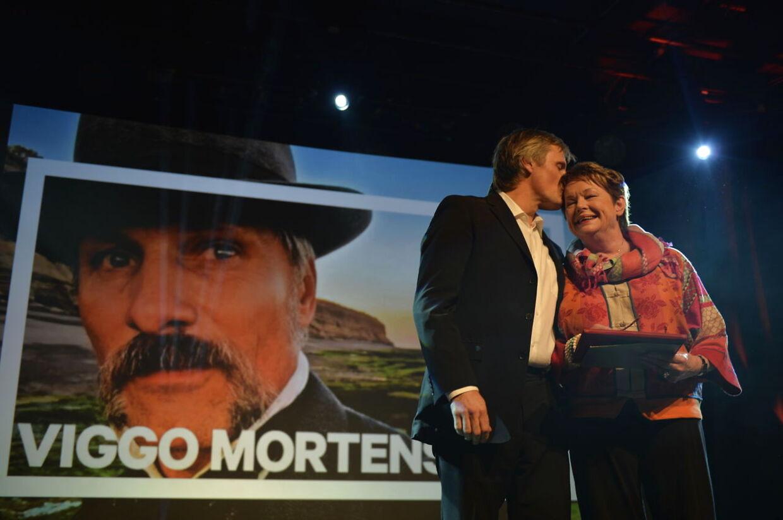 Viggo Mortensen giver Ghita Nørby et kys på panden efter at han har modtageet en Æres-Bodil ved prisfesten i Bremen lørdag aften.