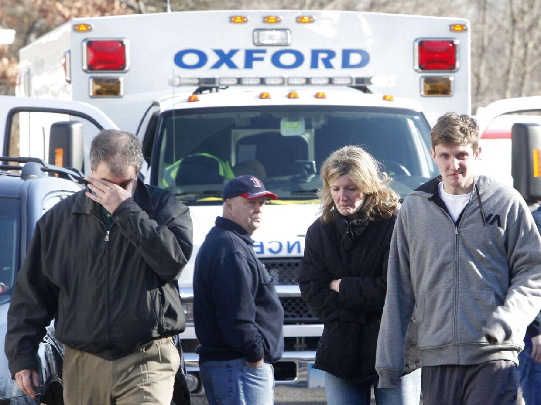 Chokerede forældre foran Sandy Hook Elementary School.