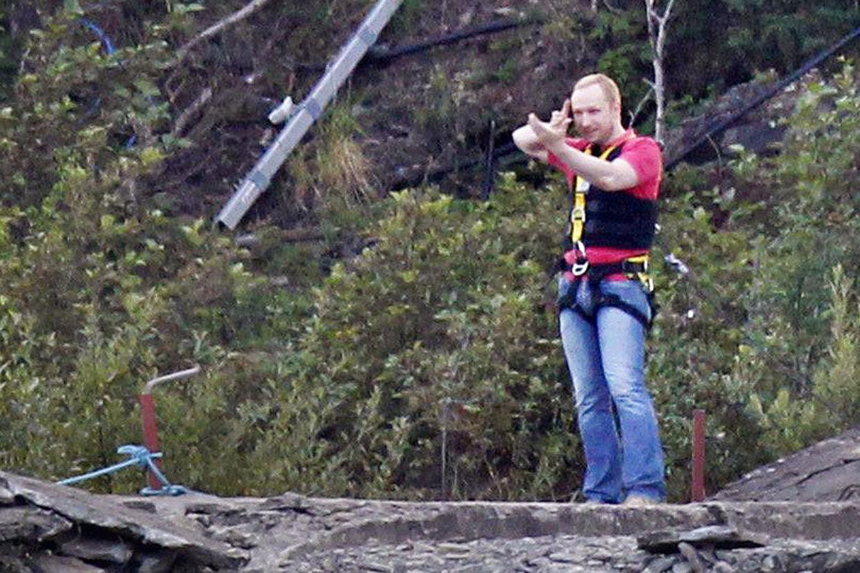 Breivik var lørdag tilbage på Utøya, hvor han stor politi overvågning medvirkede til en rekonstruktion af de mange drab på øen dem 22. juli.