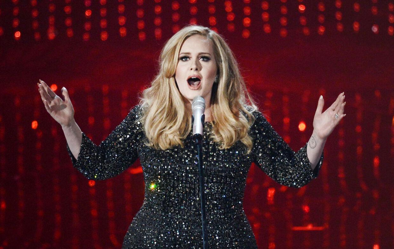 Blændende i Burberry - Adele modtog sin Oscar iført en glimtende, knælang Burberry kollektion og Louboutin stiletter med krystaller.