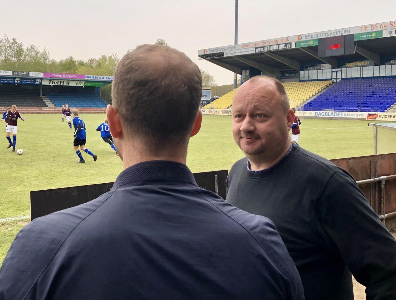 Morten Østergaard var onsdag aften på beøg i Herfølge Boldklub. Det er her, Mints far forsøger at holde humøret oppe i en håbløs tid.