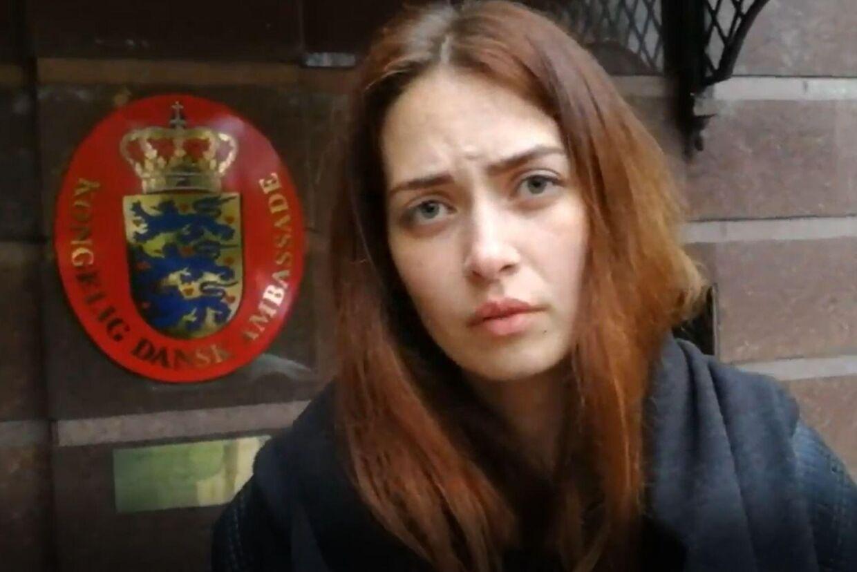 Anastacia har stået foran den danske ambassade i Kiev i otte dage. Hendes to et halvt år gamle søn opholder sig på ambassaden.