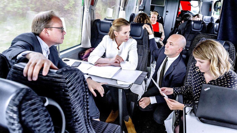 Mette Frederiksen (S) og hendes nærmeste stab diskuterer de helt usædvanligt store mængder pressehenvendelser ombord på valgbussen mellem Aalborg og Grenaa.