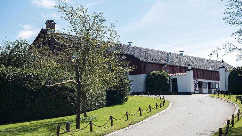 Finansmanden Christian Kjær bor sammen med sin kone, Susan Astani, på Sandbjerggaard i Hørsholm. Det er den ejendom, de nu vælger at sælge.