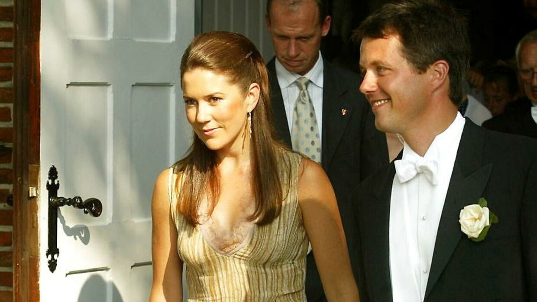 Første gang kronprinsparret var ude sammen offentligt, var da Kronprins Frederik havde Mary Donaldson (som hun dengang hed) med ved Jeppe Handwerk og Birgitte Zachaus bryllup på Langeland tilbage i år 2002.