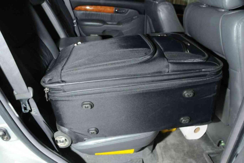 På bagsædet af Peter Chadwicks bil lå en kuffert med en masse herretøj krøllet sammen i hans egen størrelse. Foto: Newport Police Department