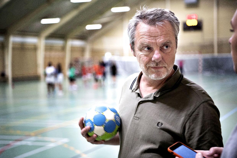 Claus Andersen træner U10-pigerne i Freja Håndboldklub i Brønshøj.