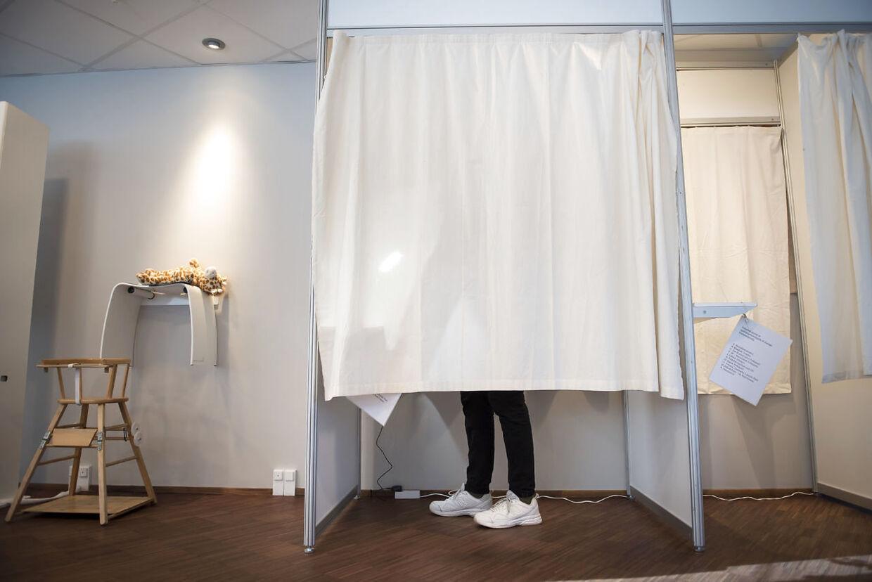 Det er blevet populært at brevstemme, men det er ikke nødvendigvis godt for demokratiet, mener en valgforsker. (Arkivfoto)
