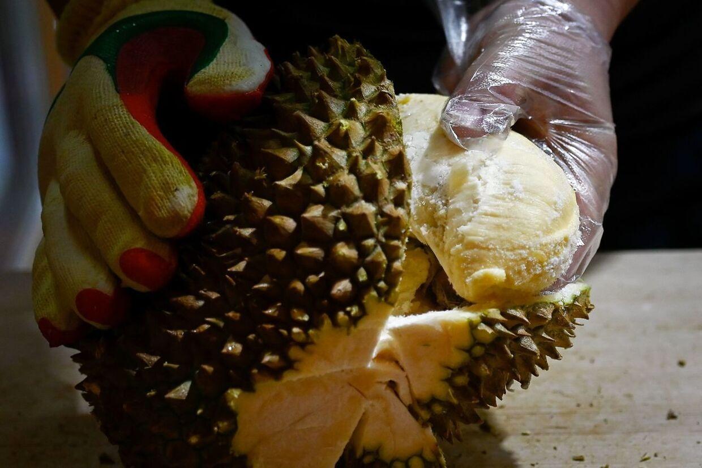 Her bliver en durian skrællet af en ansat i en butik i Kina.