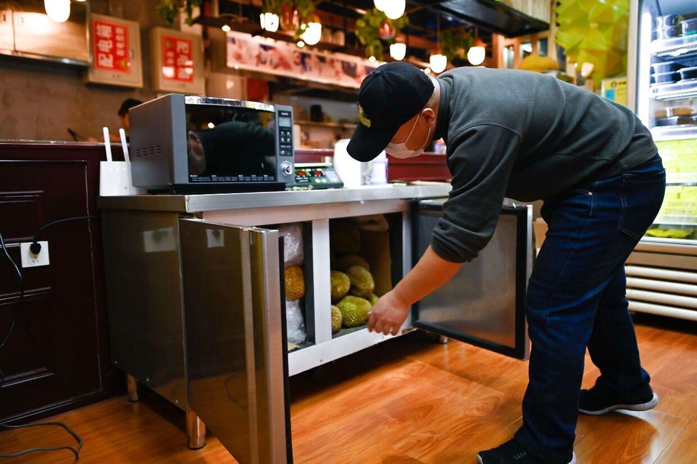 Wang Tao ejer et durian-spisested i Kina. Her kigger han efter i skabet, hvor han opbevarer sit lager.