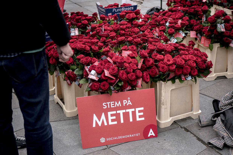 Indpakningen på Mette Frederiksens roser afslører, at de er fra den hollandske producent Pure Roses. De hollandske er typisk langt mere belastende for klimaet end de afrinanske roser, fordi de bliver dyrket i energitunge drivhuse.