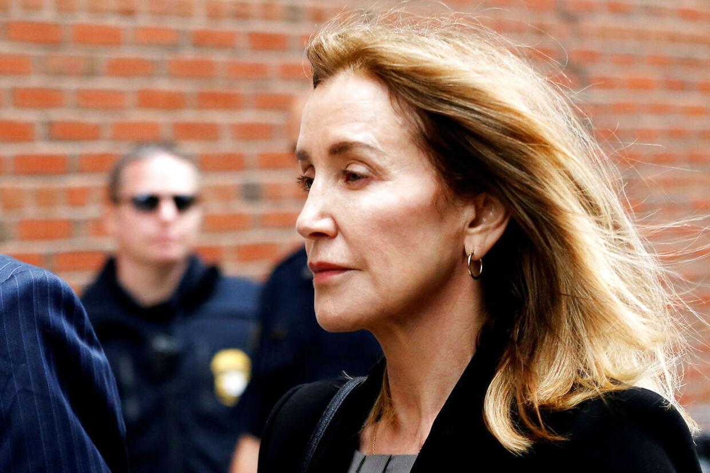 Felicity Huffman (Desperate Husmødre) har stik modsat Lori Loughlin tilstået sine forbrydelser. Huffman risikerer derfor maksimalt seks måneders fængsel - måske blot en stor bøde. Under retsmødet i sidste uge, brød den 56-årige skuespiller sammen, mens hun tilstod sin 'skam'.