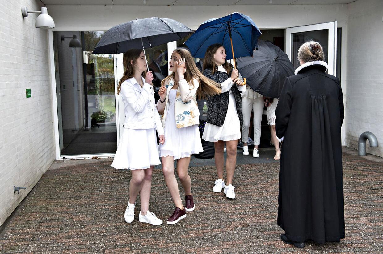 De mange konfirmander må forberede sig på at tage paraply med i kirken. Her et hold unge konfirmander fra Birkerød for to år siden. (Arkivfoto)