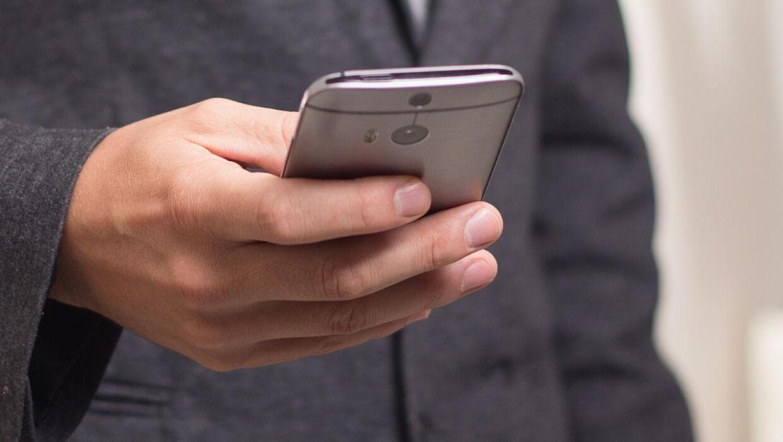 Unge danskere tager i høj grad deres smartphone med, når de skal en tur på det lille hus. Og det kan altså være sundhedsskadeligt. Foto: Initial