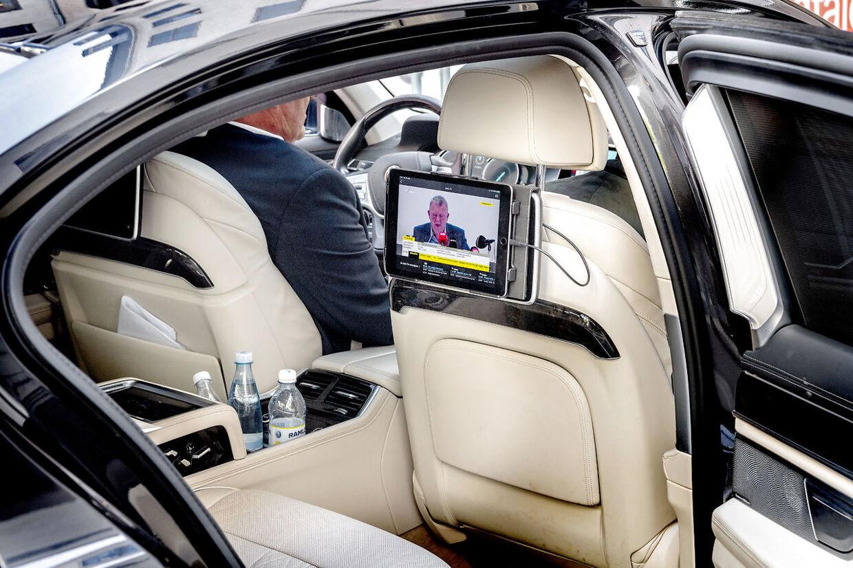 Pressemøde med statsminister Lars Løkke Rasmussen (V) på skærmen i Kristian Jensens (V) ministerbil.