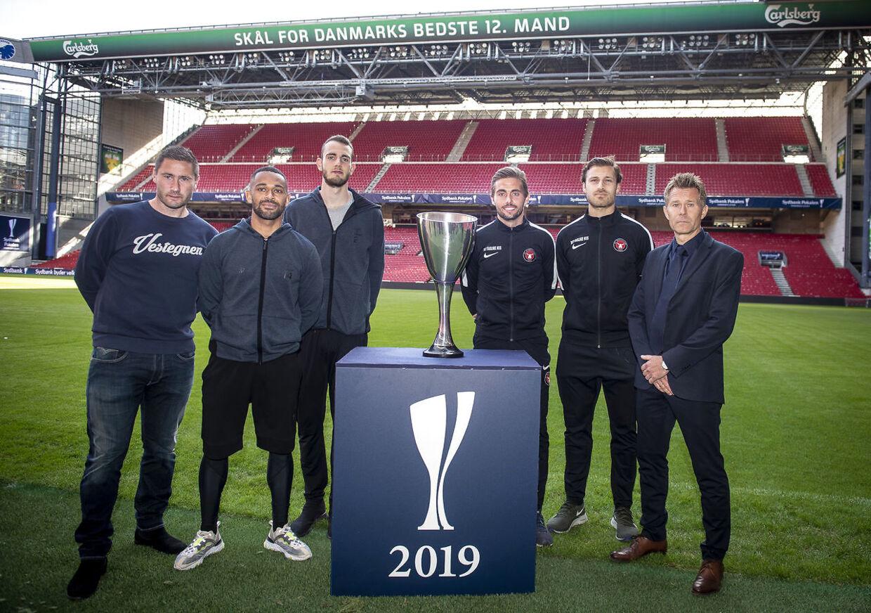 Brøndbys cheftræner Martin Retov, Kevin Mensah, Jens Martin Gammelby og FC Midtjyllands Jakob Poulsen, Erik Sviatchenko og cheftræner Kenneth Andersen.
