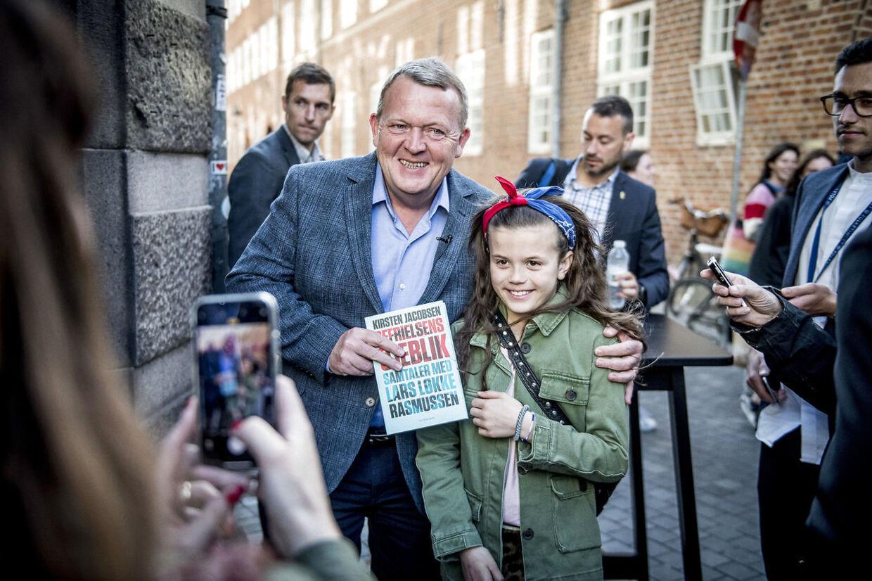 """Statsminister Lars Løkke Rasmussen (V) signerer en ny bog om sig selv, """"Befrielsens øjeblik"""", hos en boghandleren Arnold Busck på Købmagergade i København."""