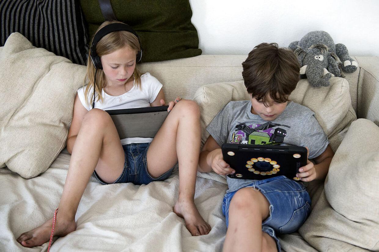 Børn i sofa med iPad, torsdag den 26 juli 2018