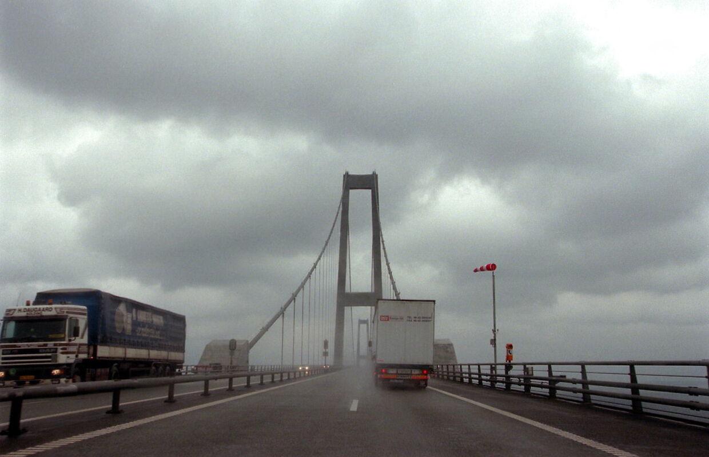 Regnvejr og mange lastbiler giver sammen med stor rejselyst kødannelser og nedsat fart på Storebæltsbroen fredag middag. Arkivfoto.