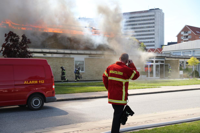 Brandvæsnet arbejder på stedet.