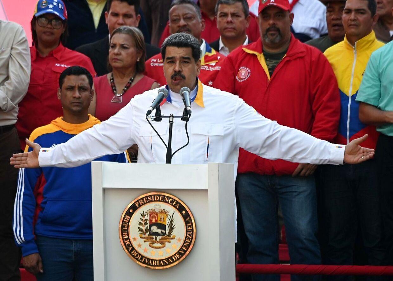 Hundredvis af Maduro-støtter var mandag mødt op til et vælgermøde i Venezuelas hovestad, Caracas, hvor præsidenten talte.