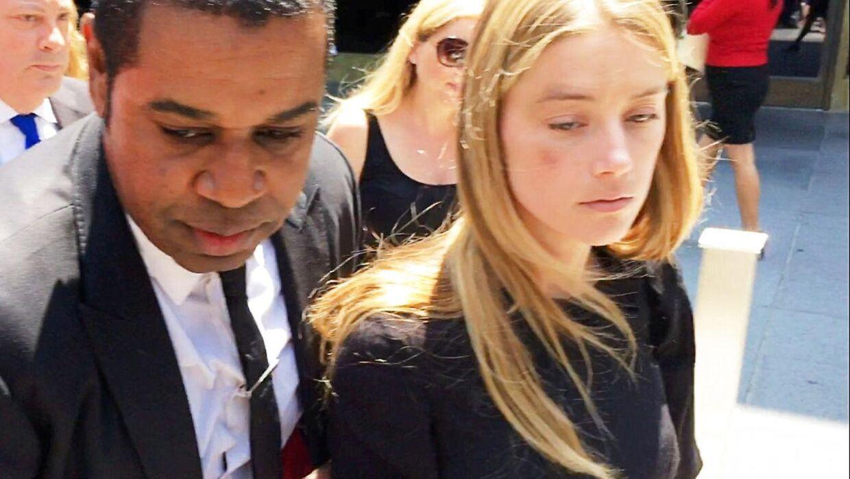 Her ses Amber Heard i 2016 foran Højesteret i Los Angeles kort tid, efter hun har fået udstedt et polititilhold mod Johnny Depp.