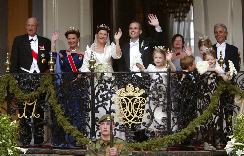 Märtha Louise og Ari Behn fotograferet med familien ved deres bryllup i 2002.