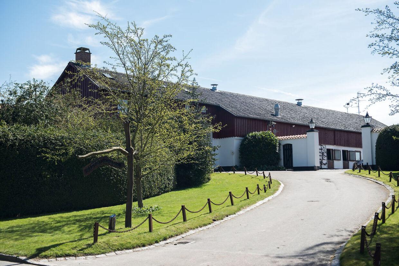 Christian Kjær bor sammen med sin kone, Susan Astani, på Sandbjerggaard i Hørsholm, som nu er sat til salg.