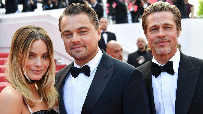Den australske skuespillerinde Margot Robbie ses her med de to amerikanske stjerneskuespillere Leonardo DiCaprio og Brad Pitt. Den røde løber i Cannes. 21 maj 2019.