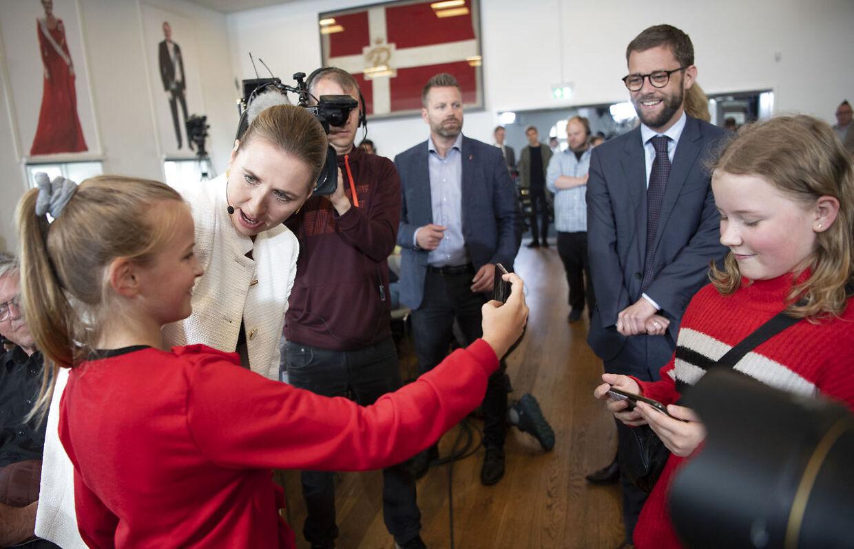 Statsminister Lars Løkke Rasmussen fra Venstre og Socialdemokratiets formand, Mette Frederiksen, mødes i valgduel i Folkehjem i Aabenraa, onsdag den 22. maj 2019.
