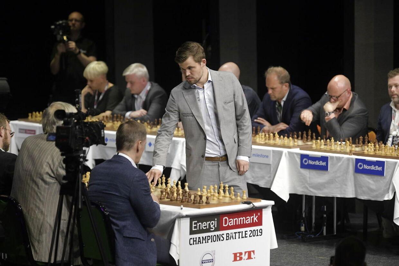 Magnus Carlsen under simultanskak.