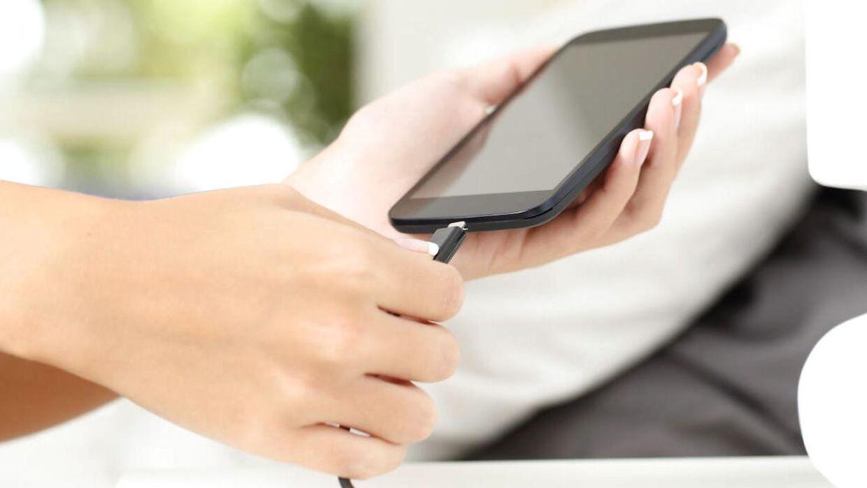 Pas på med at oplade din telefon på de mange oplader-stationer i lufthavne.
