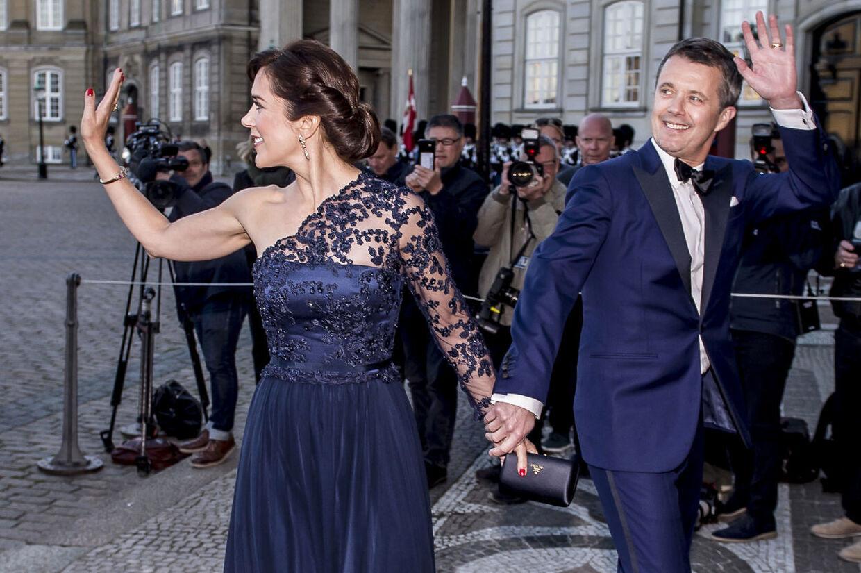 LIgesom sin mor er kronprins Frederik ikke bange for at iklæde sig farve. Her ses han i blåt, matchende sin kone, kronprinsesse Mary, ved prinsesse Benediktes fødselsdag. (Foto: Mads Claus Rasmussen/Ritzau Scanpix)