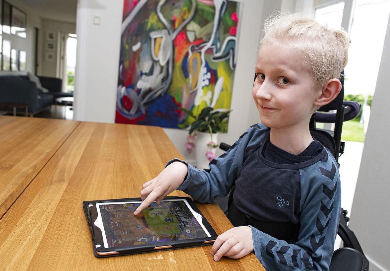 Benjamin kan godt skrive i hånden. Han er også god til at tegne. Det går bare lidt langsomt. Ligesom så mange andre drenge er 'Fortnite' på iPaden dog mest populær.