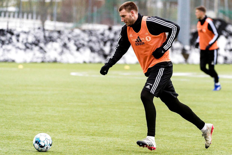 »Bendtner for fuld udblæsning kan stadig begejstre,« skriver Søren Klæstrup.