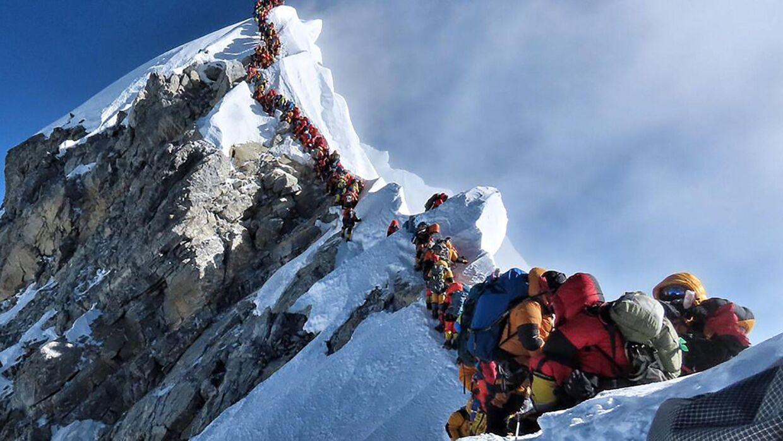 Billedet her er taget af bjergbestigeren Nirmal Purja og viser den tætpakkede kø nær Mount Everests top. Handout/Ritzau Scanpix
