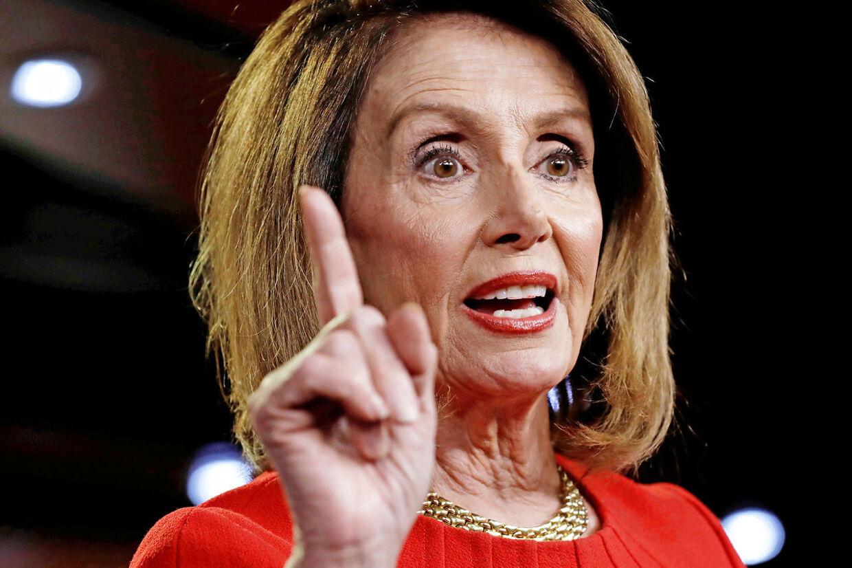 Ifølge eksperterne benytter Nancy Pelosi sig af 'kvindelist' for at besejre Donald Trump.