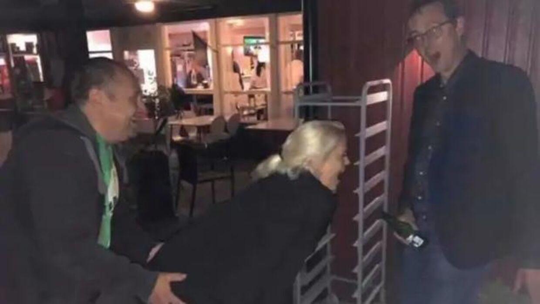 De tre svenske lokalpolitikere Emilie Pilthammar (i midten) og Niklas Joelsson (th) og Peter Thyrén (tv) er færdige i politik efter dette foto.