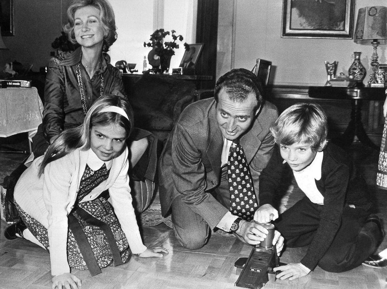 Den spanske kongefamilie blev hurtigt populære efter at Juan Carlos bestog tronen i 1975. Billedet her stammer fra 1976.