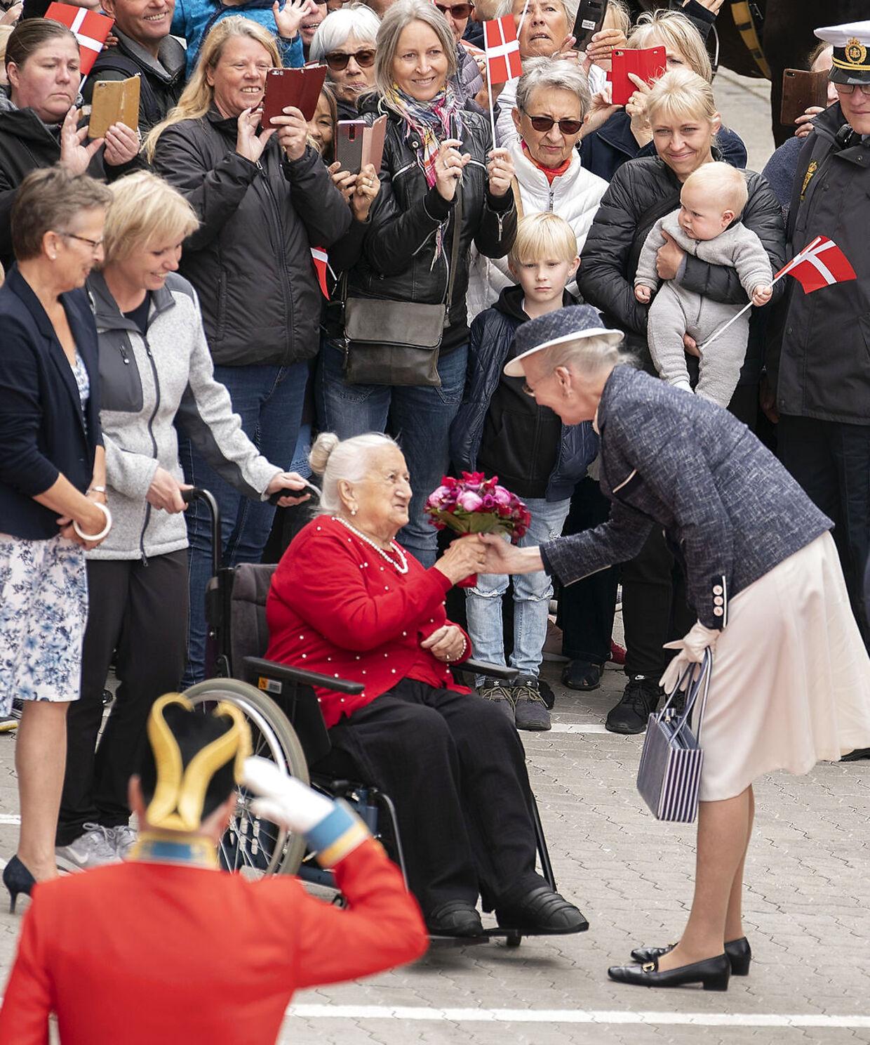 Dronning Margrethe får blomster overrakt af Ellen Grethe Kristiansen ved ankomsten til Center for Sundhed, Træning og Rehabilitering.