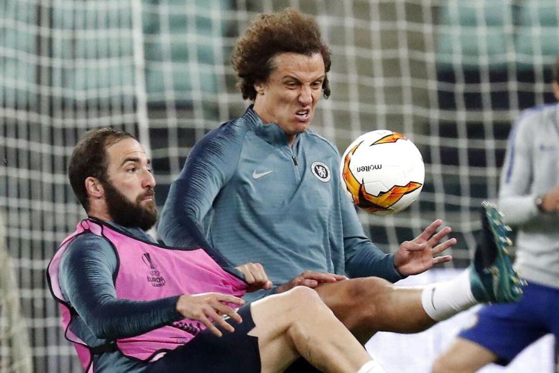 Gonzalo Higuain og David Luiz røg i kødet på hinanden.