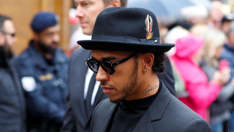 Formel1- verdensmesteren Lewis Hamilton ankommer til begravelsen for Niki Lauda.