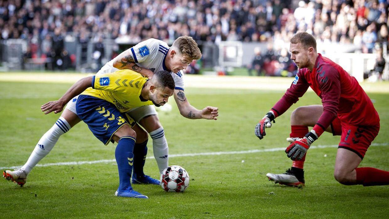 Kevin Mensah og Marvin Schwäbe i kamp mod FC København.