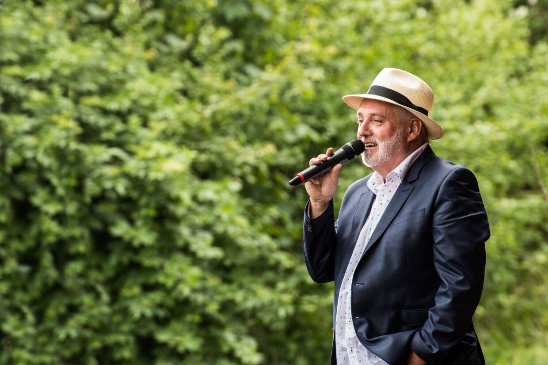 Helge Engelbrecht i baghaven - foran tusindvis af gæster