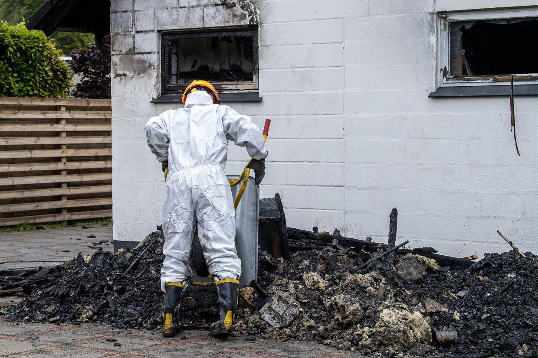 Kriminalteknikere og efterforskere har siden tirsdag arbejdet i og omkring en villa i Blåvand, der brød i brand natten til tirsdag. En 61-årig mand og en 85-årig kvinde blev fundet døde i huset. Kvinden døde af røgforgiftning, mens manden blev dræbt med flere slag i ansigtet, før branden brød ud. En 19-årig mand er fængslet for drab. Han nægter sig skyldig. John Randeris/Ritzau Scanpix