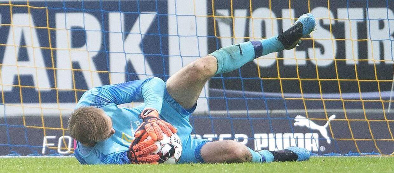 Hobro IK's målmand Jesper Rask redder i Superliga-playoff-kampen mellem Hobro IK og Viborg FF.